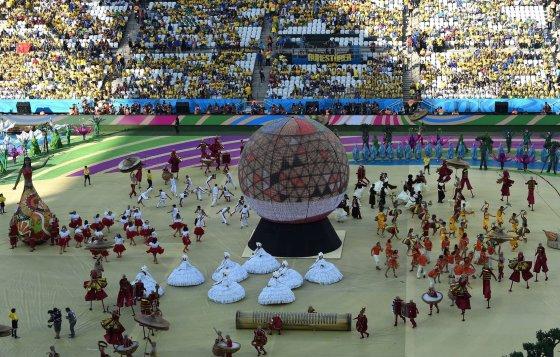 """AFP/""""Scanpix"""" nuotr./2014-ųjų pasaulio futbolo čempionato atidarymo ceremonija"""