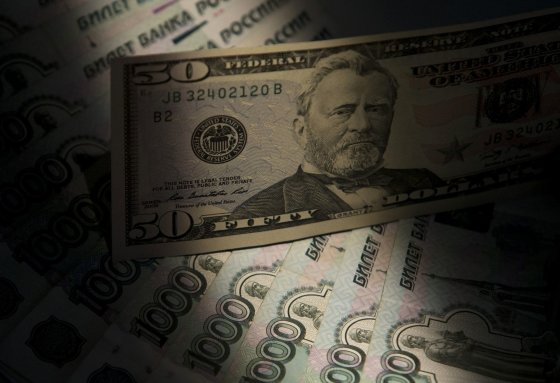 """""""Reuters""""/""""Scanpix"""" nuotr./50 JAV dolerių ir Rusijos rubliai"""