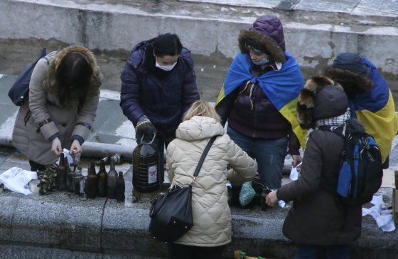 """Reuters""/""Scanpix"" nuotr./Kijeve moterys ruošia Molotovo kokteilius"