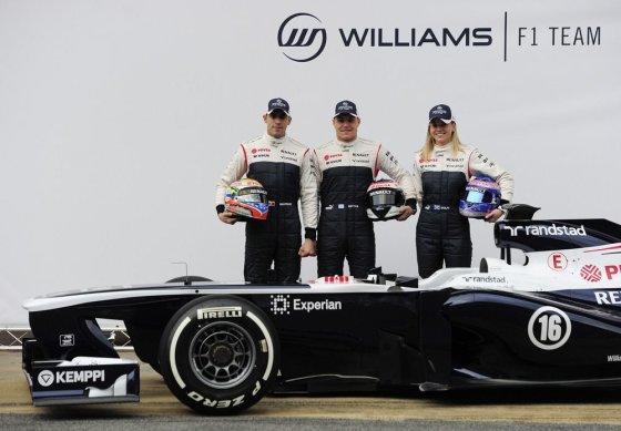 """AFP/""""Scanpix"""" nuotr./Pastoras Maldonado (kairėje), Valtteri Bottas (centre) ir Susie Wolff prie """"Williams FW35"""" bolido"""