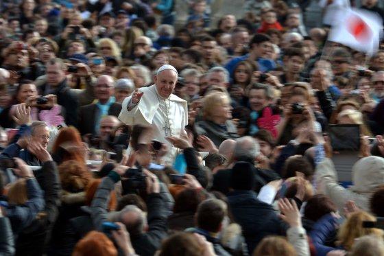 """AFP/""""Scanpix"""" nuotr./Popiežius Pranciškus - itin mėgstamas tikinčiųjų"""