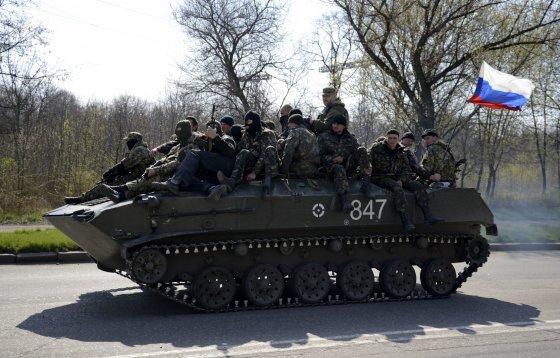 """""""Reuters""""/""""Scanpix"""" nuotr./Rusų šarvuočai su """"žaliais žmogeliukais"""" netoli Kramtorsko miesto"""