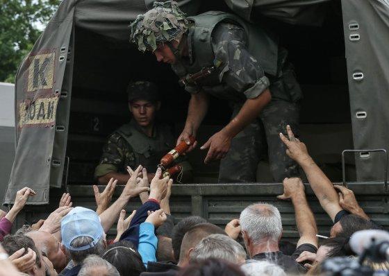 """""""Reuters""""/""""Scanpix"""" nuotr./Ukrainos kariai dalina maistą gyventojams Slovjanske"""
