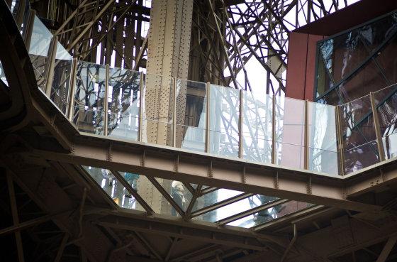 """""""Scanpix""""/""""SIPA"""" nuotr./Stiklinės grindys Eifelio bokšte"""