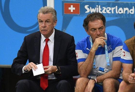 """AFP/""""Scanpix"""" nuotr./Šveicarijos futbolo rinktinės treneris Ottmaras Hitzfeldas (kairėje)"""