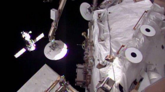 """AFP/""""Scanpix"""" nuotr./""""Soyuz TMA-12M"""" kosminis laivas netoli Tarptautinės kosminės stoties"""