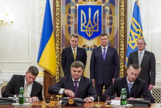 """AFP/""""Scanpix"""" nuotr./Ukraina pasirašė sutartį su """"Chevron""""."""