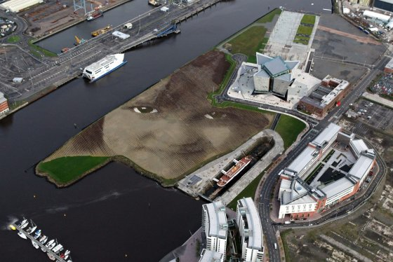 "AFP/""Scanpix"" nuotr./""Wish"" portetas ant žemės Belfaste"