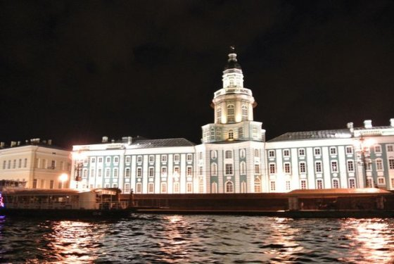 """Violetos Grigaliūnaitės nuotr./""""Ermitažas"""" naktį plaukiant upe"""