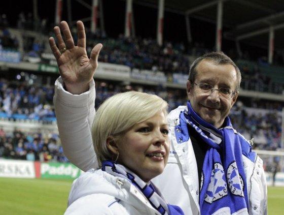 """Reuters""/""Scanpix"" nuotr./Estijos prezidentas Toomasas Hendrikas Ilvesas su žmona Evelin futbolo varžybose"