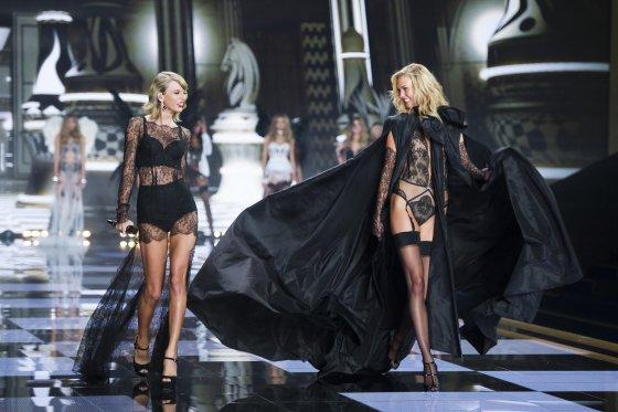 """Scanpix""/""Sipa USA"" nuotr./Taylor Swift ir Karlie Kloss"