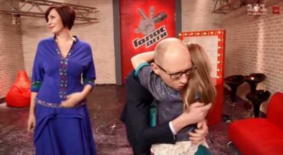 """Kadras iš vaizdo įrašo/Arsenijus Jaceniukas guodžia dukros Sofijos pasirodymą muzikiniame šou """"The Voice"""""""