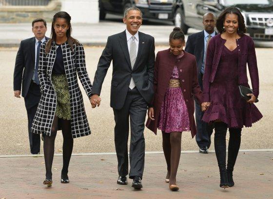 """Reuters""/""Scanpix"" nuotr./Barackas Obama ir Michelle Obama su dukromis Malia (kairėje) ir Sasha"