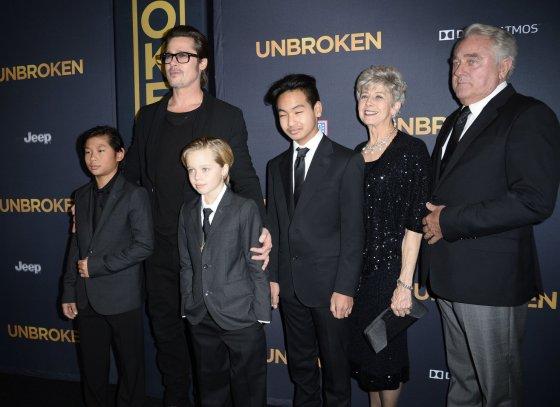 """AFP/""""Scanpix"""" nuotr./Bradas Pittas su tėvais Jane ir Williamu, įsūniais Paxu ir Maddoxu bei dukra Shiloh"""