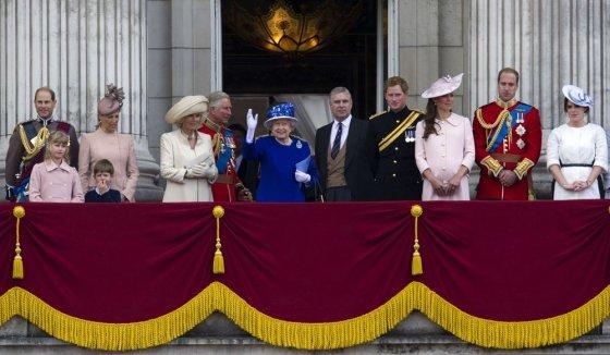"""AFP/""""Scanpix"""" nuotr./Britų karališkoji šeima (iš kairės): princas Edwardas su žmona Vesekso grafiene Sophie ir vaikais Louise ir Jamesu, Kornvalio hercogienė Camilla ir princas Charlesas, karalienė Elizabeth II, princas Andrew, princas Harry, Kembridžo hercogienė Catherine, princas Williamas ir princesė Eugenie"""