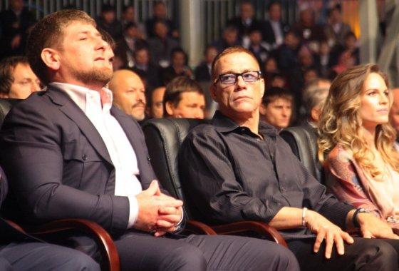 """AFP/""""Scanpix"""" nuotr./Čečėnijos lyderis Ramzanas Kadyrovas, Jeanas-Claude'as van Damme'as ir Hilary Swank"""