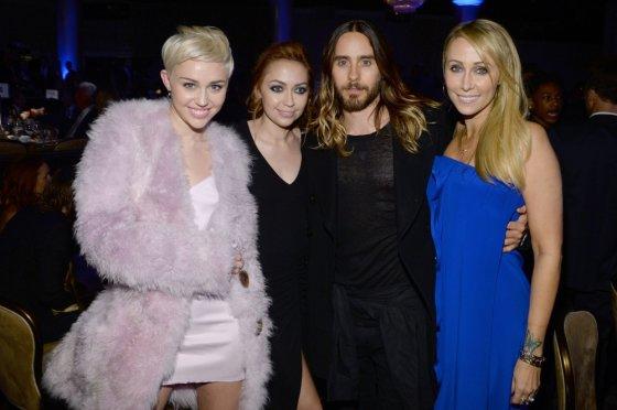 """AFP/""""Scanpix"""" nuotr./Jaredas Leto su Miley Cyrus bei jos mama Tish ir seserimi Brandi"""