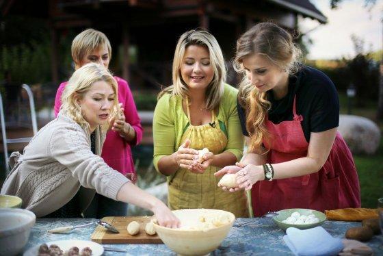 """TV3 nuotr./Lina Rastokaitė, Vitalija Mockevičiūtė, Beata Nicholson ir Aušra Štukytė laidoje """"Beatos virtuvės"""""""