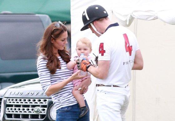 AOP nuotr./Princas Williamas ir Kembridžo hercogienė Catherine su sūnumi George'u 2014-ųjų birželį