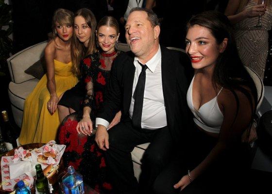 """AFP/""""Scanpix"""" nuotr./Prodiuseris Harvey Weinsteinas su Taylor Swift, Este Haim, Jaime King ir Lorde"""