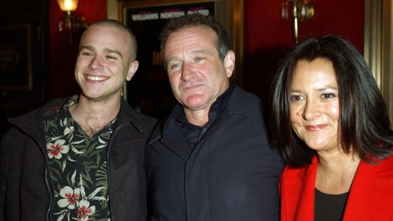 """""""Reuters""""/""""Scanpix"""" nuotr./Robinas Williamsas su antrąja žmona Marsha Garces ir sūnumi Zachu Williamsu (2002 m.)"""