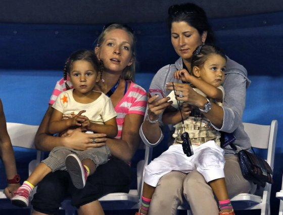 """Reuters""/""Scanpix"" nuotr./Roger Federerio žmona Mirka su dukromis Myla ir Charlene"