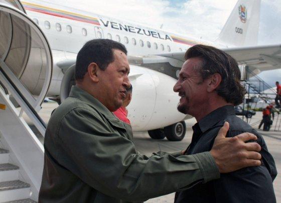 """AFP/""""Scanpix"""" nuotr./Seanas Pennas ir Hugo Chavezas"""