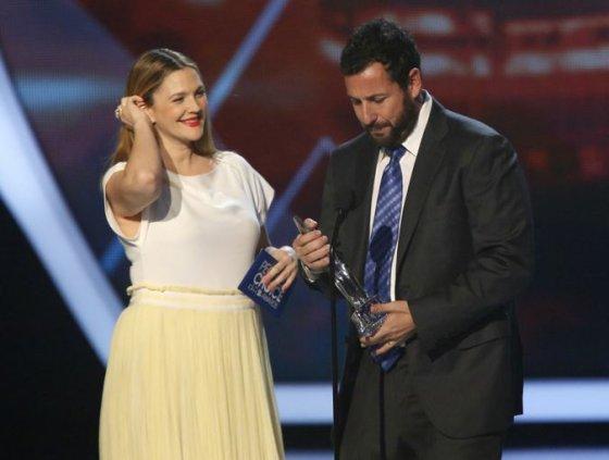 Drew Barrymore įteikė mėgstamiausio komiko apdovanojimą Adamui Sandleriui