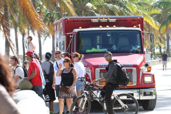 AOP nuotr./Greitosios pagalbos automobilis fotosesijos, per kuria apalpo Rita Ora, vietoje