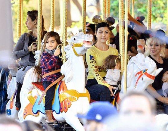 AOP nuotr./Kourtney Kardashian su sūnumi Masonu ir dukra Penelope