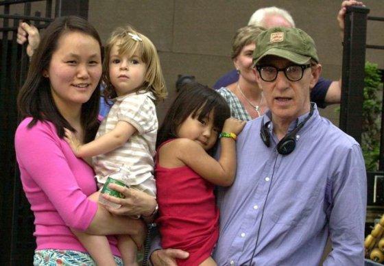 AOP nuotr./Woody Allenas su žmona Soon-Yi Previn ir įdukromis Bechet bei Manzie