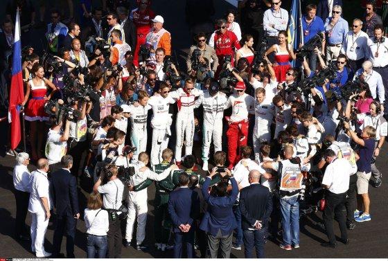 """""""Scanpix"""" nuotr./F-1 lenktynininkai sudarė """"Solidarumo apskritimą"""" Julianui Bianchi paremti"""