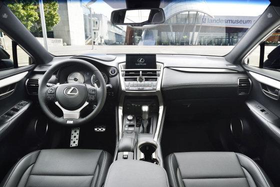 "Gamintojo nuotr,/""Lexus NX300h"" su ""F Sport"" komplektacija"