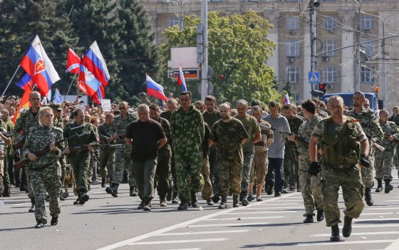 """""""Scanpix""""/AFP, """"Reuters"""" nuotr./Donecke separatistai Ukrainos nepriklausomybės dieną surengė ukrainiečių belaisvių """"paradą"""""""
