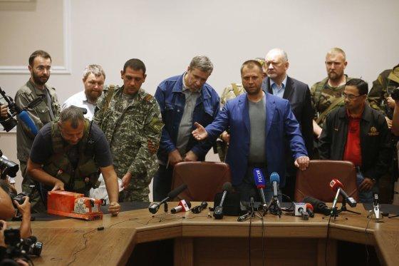 """""""Reuters""""/""""Scanpix"""" nuotr./Separatistai Ukrainoje pirmadienį perdavė numušto Malaizijos lėktuvo """"Boeing 777"""" """"juodąsias dėžes"""""""