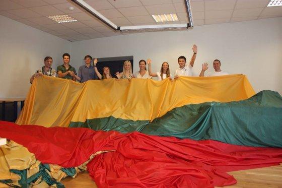 Akcijos rengėjų nuotr./VIENYBĖS vėliavos siuvimas