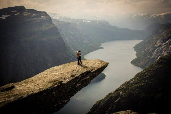 """""""Caters News Agency"""" / """"Scanpix"""" nuotr./Haraldas Sixas savo merginai Hannai pasipiršo ant įspūdingiausios uolos Norvegijoje"""