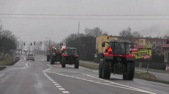 """Kadras iš """"Youtube""""/Lenkų ūkininkai su traktoriai traukia į Varšuvą."""