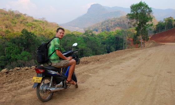 Tomo Baranausko nuotr./Kelias dienas važinėjausi dar tik ruošiamais keliais. Viskas puiku, kol nesutinki sunkvežimio. Tada įkvepi, prisimerki ir pagazuoji, kad greičiau pralėkt dulkių debesį