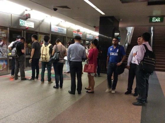 Sandros Voskaitės nuotr./Singapūras. Tvarkinga eilė prie metro traukinio.