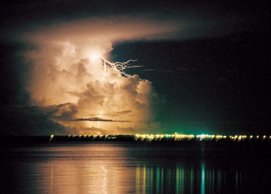 wikimedia.org nuotr. /Žaibai virš Darvino