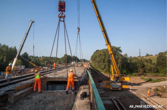 Andriaus Repšio nuotr./Ruože Mauručiai–Jiesia rekonstruojami keturi tiltai, kuriais eina trys geležinkelio linijos. Nuotraukoje – tilto dalies demontavimo darbai.