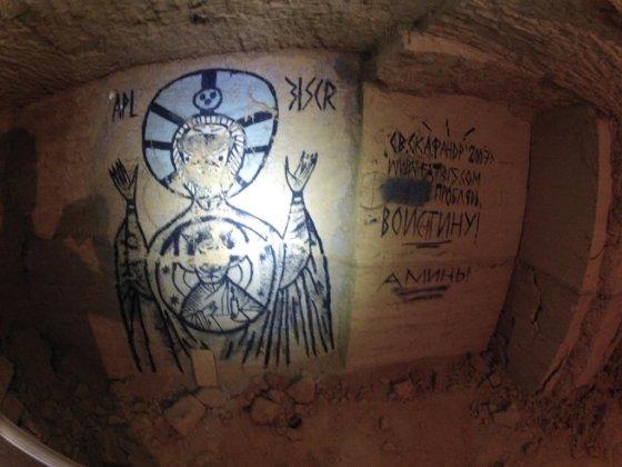 Juozapas.lt nuotr./Šiuolaikiniai piešiniai katakombose.