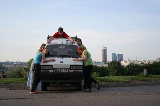 "Go Bananas nuotr./""Go Bananas"" komanda ir automobilis prieš ralį"