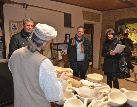 """""""Baltic Tours""""  nuotr./Turistų susipažinimas su lietuviškais amatais. Medžio drožėjas Genadijus Mikuckis"""