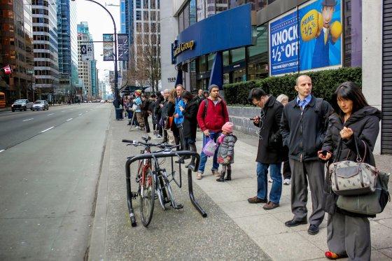 R.Bajoriūnaitės nuotr./Vankuverio gyventojai išsirikiuoja prie miesto autobuso