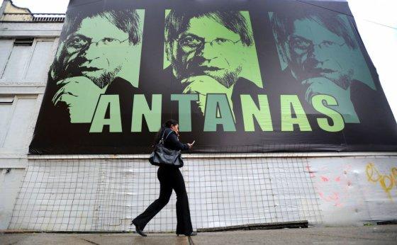 """AFP/""""Scanpix"""" nuotr./Vienas žinomiausių lietuvių, kurį norėtume aplankyti, buvęs Bogotos meras Antanas Mockus"""