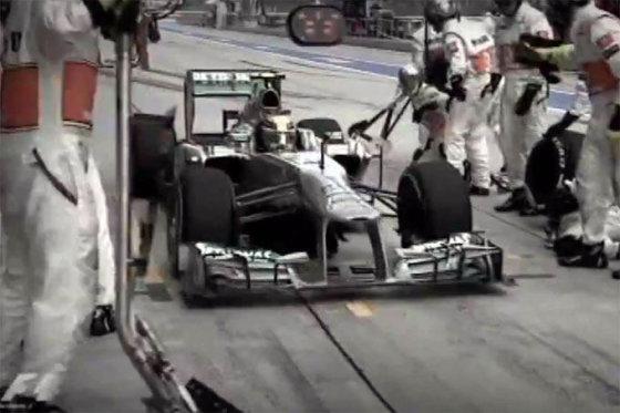 """Kadras iš vaizdo siužeto/Lewisas Hamiltonas """"McLaren"""" sustojimų vietoje"""