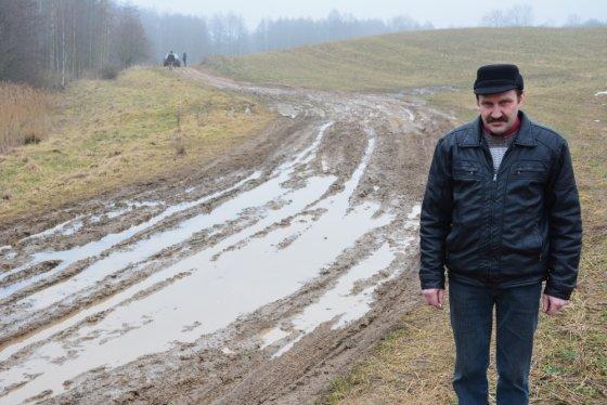 Vilmos Danauskienės nuotr./Algirdas Milukas sakė, kad ant šio kelio per keletą metų atvežė 20 priekabų kieto grunto - akmenų, plytgalių.