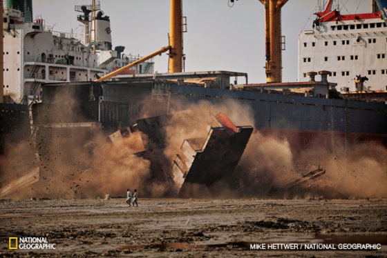 National Geographic nuotr./Darbininkai praleido keletą dienų pjaudami Leonos I denius. Staiga atitrūkusi didžiulė laivo dalis į ardyklos prižiūrėtojus pažeria plieno skeveldrų. Pastatytas Kroatijos uoste Splite, šis krovininis laivas plaukiojo 30 metų.